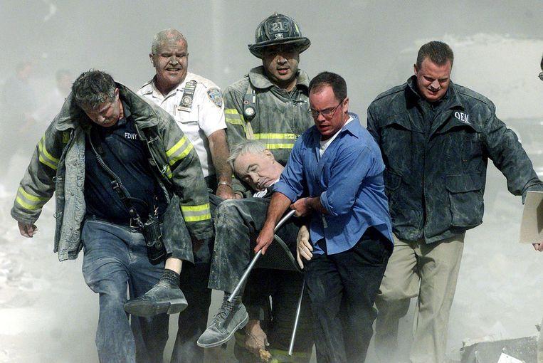 Hulpverleners dragen een man weg na de aanslagen in Manhattan.