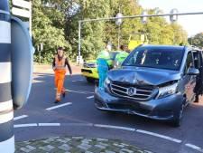 Schade aan auto en verkeerslicht na botsing op N65 bij Vught