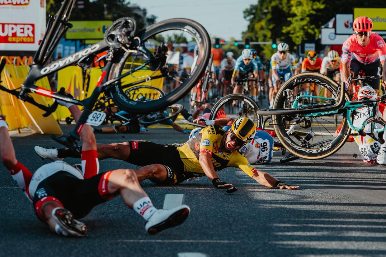 Dylan Groenewegen schuivend over de fininshlijn na zijn landgenoot Fabio Jakobsen (buiten beeld) ten val te hebben gebracht.  Beeld Belga