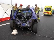 Gecrashte auto met zwaargewonde in Deventer: politie doet onderzoek naar aangetroffen partij kabels