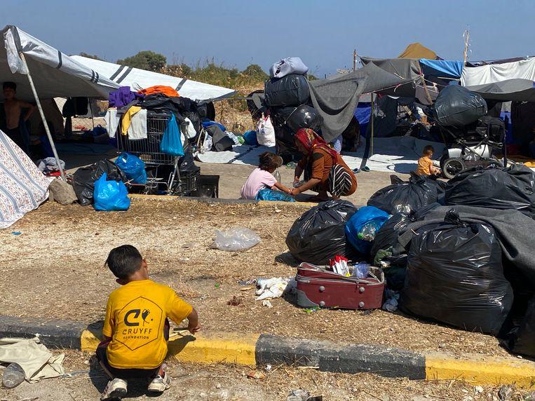 Vluchtelingen bivakkeren langs de kant van de weg op Lesbos. Beeld Thijs Kettenis
