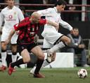 Jaap Stam en Ruud van Nistelrooy met elkaar in duel in San Siro op 8 maart 2005.