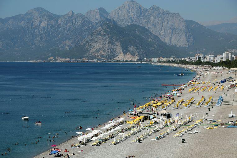 Het strand van Antalya kende al drukkere tijden. Beeld REUTERS
