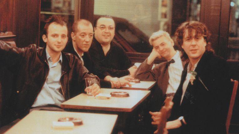 Van links naar rechts: Dominique Deruddere, Josse De Pauw, Marc Didden, Jan Decorte en Arno Hintjens in de zomer van 1987 in Le Coq in Brussel. Deruddere deed de regie van de docu over Arno, De Pauw leverde de vertelstem en Didden en Decorte getuigen over hun vriend. Beeld VRT