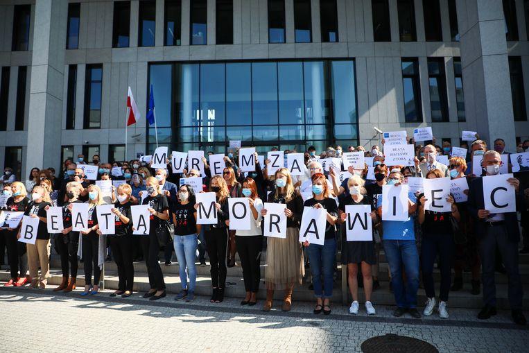 Een steunbetuiging aan rechter Beata Morawiec. Rechters die zich uitspreken tegen de ondermijning vanuit Brussel krijgen te maken met vernederende tuchtzaken en hetzes in de staatsmedia. Beeld Getty