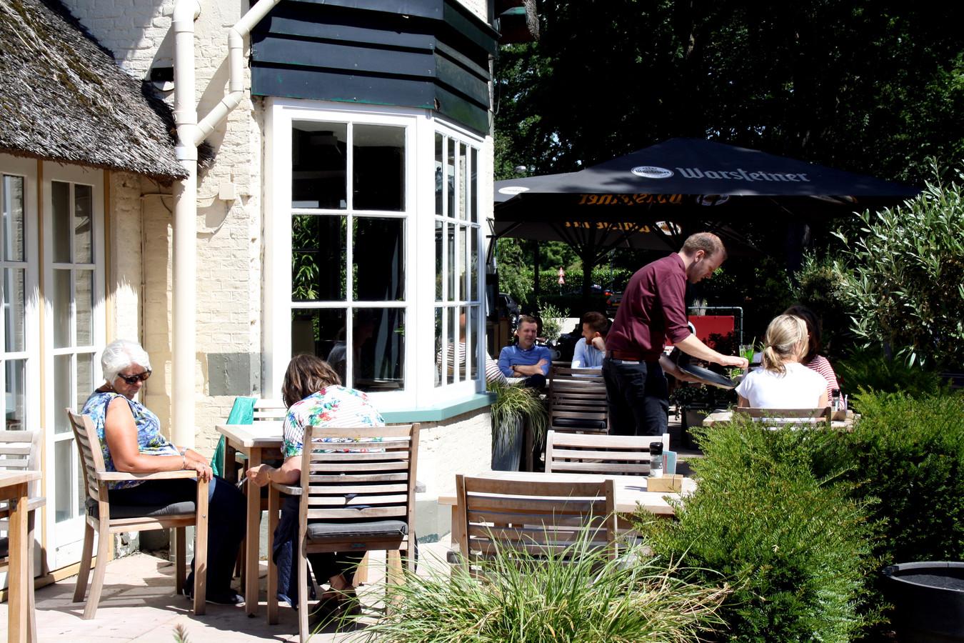 Het zonnige terras van restaurant Bavoort is een uitvalsbasis van stadse mensen en recreanten.