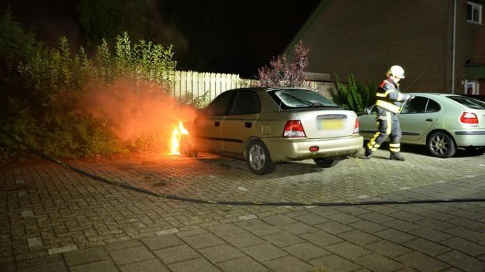 De auto brandde grotendeels uit