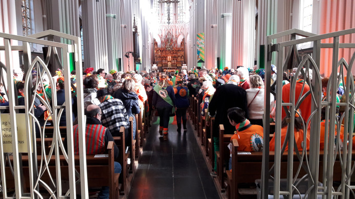 De St. Jozefkerk op de Heuvel is volgepakt met carnavalsvierders.