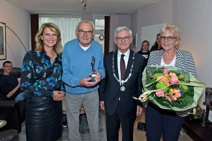 Jacques van Oosterom krijgt Chapeaubeeldje uitgereikt van burgemeester Charlie Aptroot en wethouder Margreet van Driel.