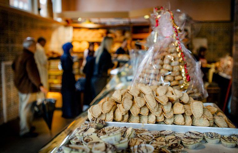 Een bakkerij bereidt zich voor op het Suikerfeest. Beeld anp