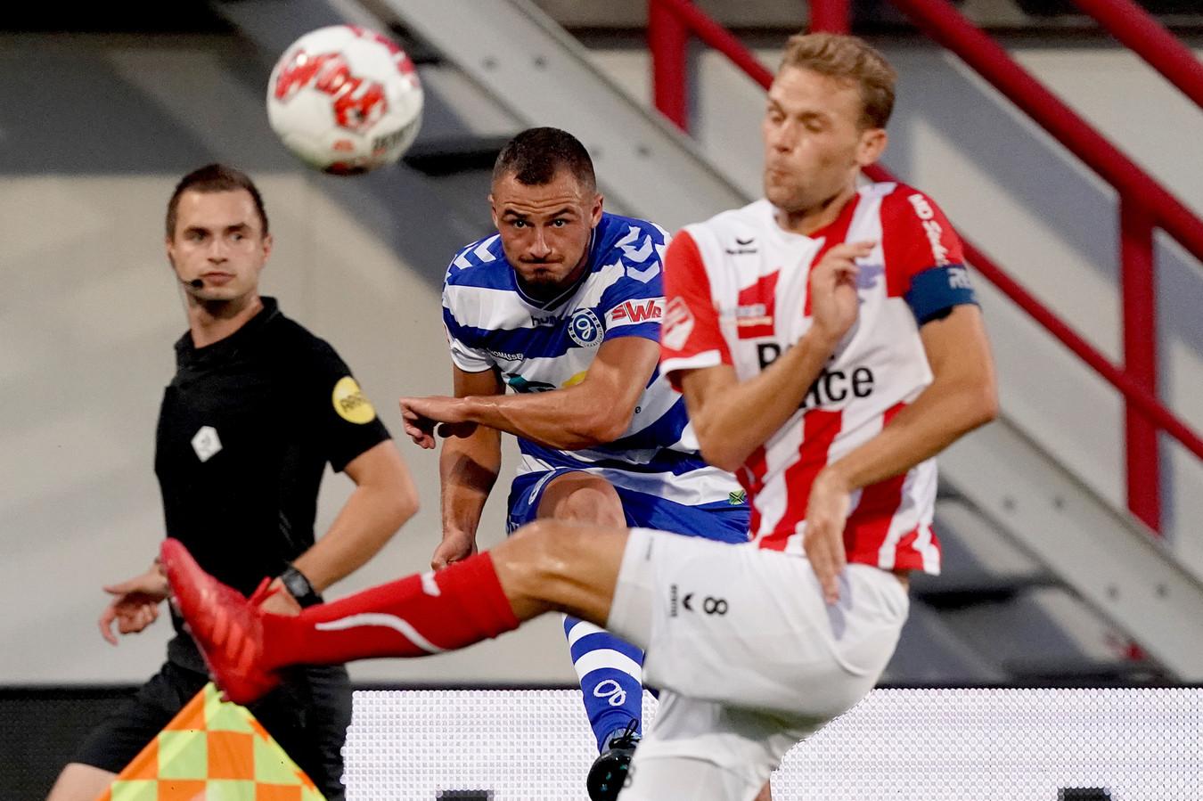 De Graafschap-aanvaller Jordy Thomassen (midden) is tegen Almere City FC de vervanger van de geblesseerde Ralf Seuntjens.