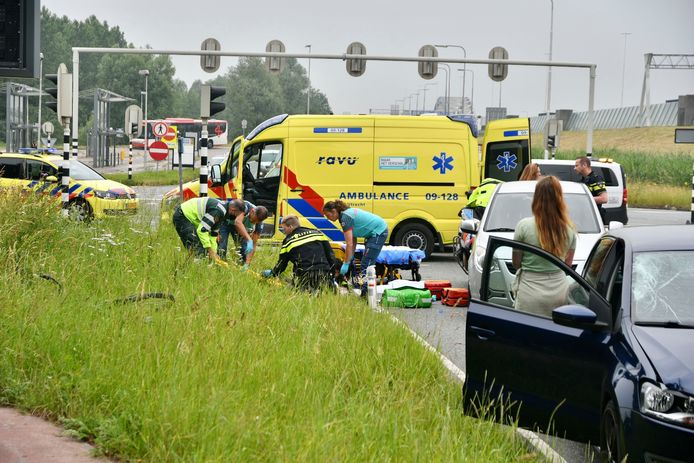De jonge fietser moest met spoed naar het ziekenhuis worden gebracht.