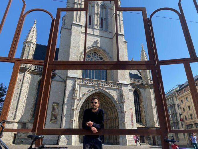 Lucas Selfslagh voor de echte Sint-Baafskathedraal.
