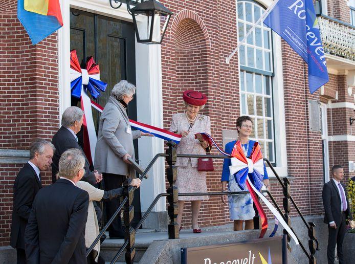 Met het doorknippen van een lint opende prinses Beatrix, geassisteerd door Anna Eleanor Roosevelt, in 2016 het Roosevelt Informatiecentrum in Oud-Vossemeer.
