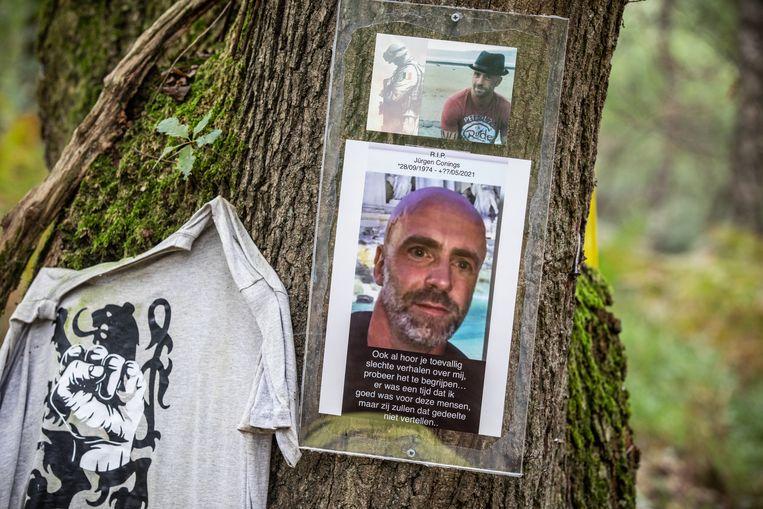 Foto's werden op een boomstam gespijkerd. Beeld Mine Dalemans