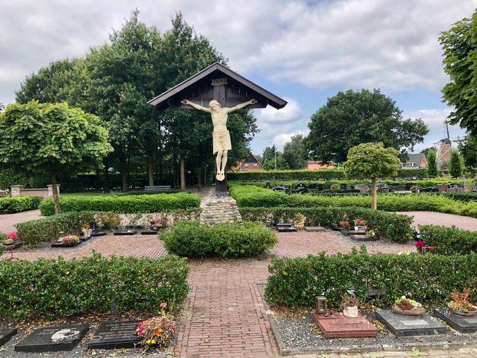 Vernielingen op kerkhof Ootmarsum zorgen voor verbazing en irritatie.