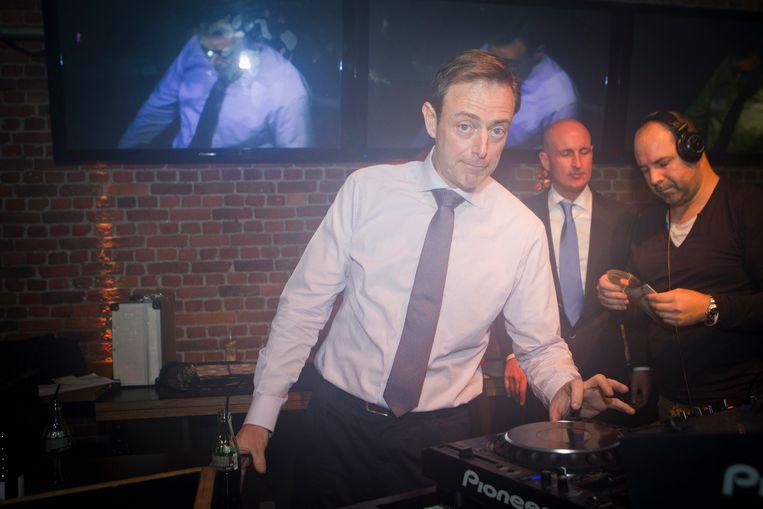 Antwerps burgemeester Bart De Wever (N-VA) draait plaatjes op de 'Gay Top 100'. Beeld Belga