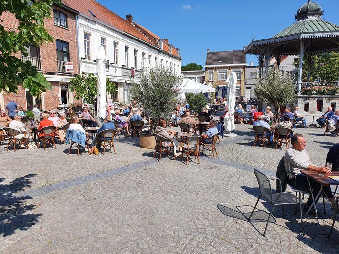 Bij goed weer en de heropening van de horeca, wordt de Markt van Aalter meteen één groot terras. Zoals op dit beeld van vorig jaar.