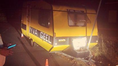 N-VA-caravan gestolen en gedumpt tegen verkeerspaal