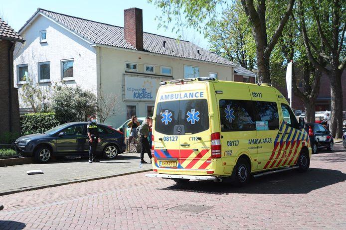 De auto staat nog op het muurtje. De bestuurder wordt behandeld door ambulancebroeders.