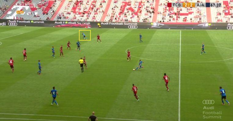 Berghuis gaat diep tegen Bayern. Beeld Screenshot Ziggo Sport.