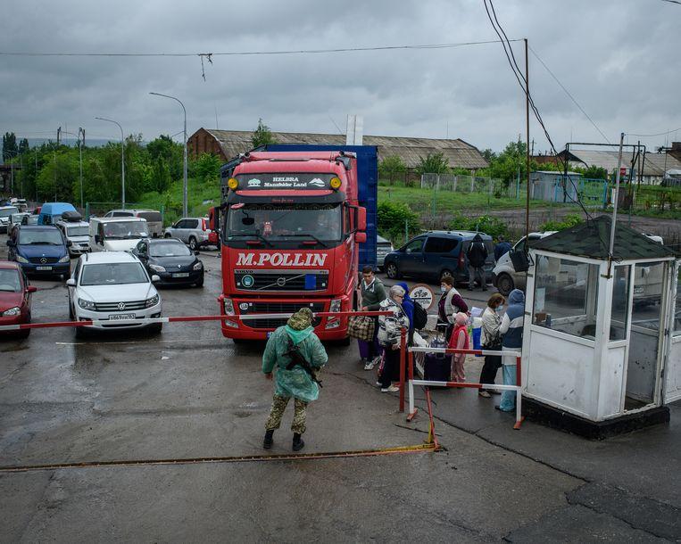 De grenspost tussen Oekraïne en Rusland bij Milove, dat redelijk gespaard is gebleven in de strijd die losbarstte tussen de separatisten en het Oekraïense regeringsleger. Beeld Hollandse Hoogte