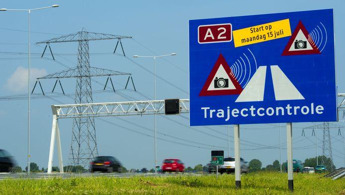 Borden langs de A2 geven de trajectcontrole tussen Utrecht en Amsterdam aan. Vanaf juli dit jaar wordt 24 uur per dag elektronisch gecontroleerd of weggebruikers zich aan de snelheidslimiet van 100 kilometer per uur houden.