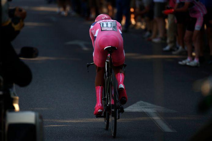 Nairo Quintana met zijn roze 'Mega Mindy-sokken' onderweg in de afsluitende tijdrit.