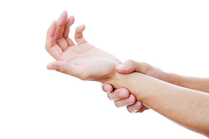 On ressent des picotements, la sensation que la partie du corps est engourdie et que l'on a des difficultés à la mouvoir. C'est un phénomène qui s'appelle la paresthésie.