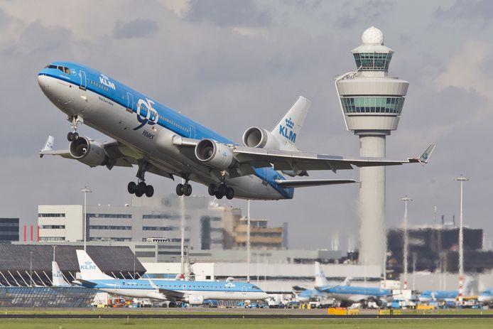 Vakbond De Unie waarschuwt dat als KLM haar lange afstandsvluchten moet stilleggen, dit duizenden banen gaat kosten.