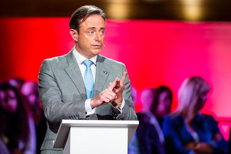 Burgemeester Bart De Wever staat er in debatten vaak alleen voor.