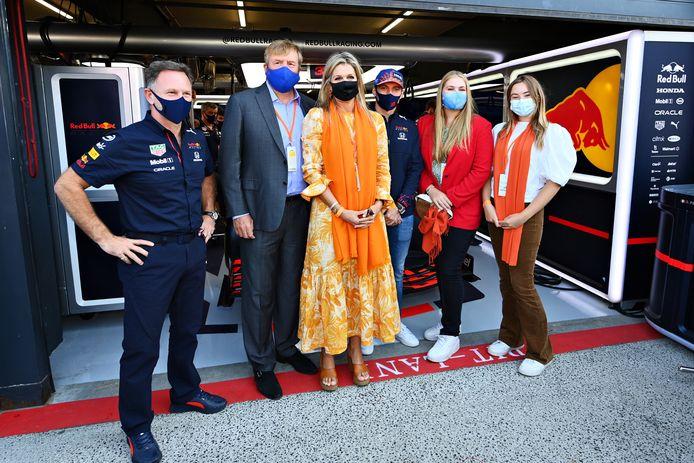 Koninklijk bezoek voor Max Verstappen in de pitbox van Red Bull.