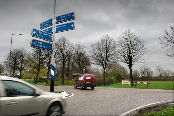 De Maas-Waalweg eindigt nu nog in Delwijnen. Het verkeer moet nu afslaan naar Delwijnen of Wellseind, maar kan hier in de toekomst rechtdoor.