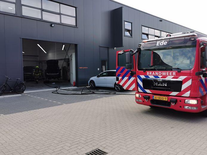 De brandweer blust het brandje bij het autoschadebedrijf in Ede.