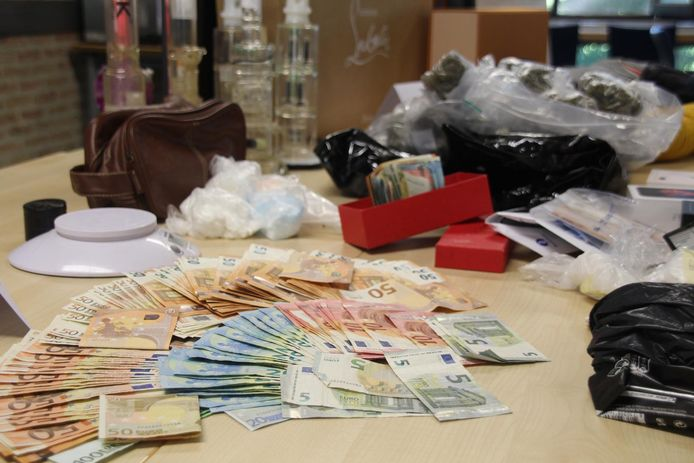 Tijdens huiszoekingen werd ook 30.000 euro cash gevonden.