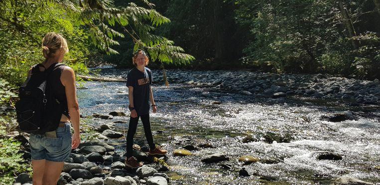 Natte voeten bij een van de drie miljoen snelstromende riviertjes.  Beeld Mark Coenen