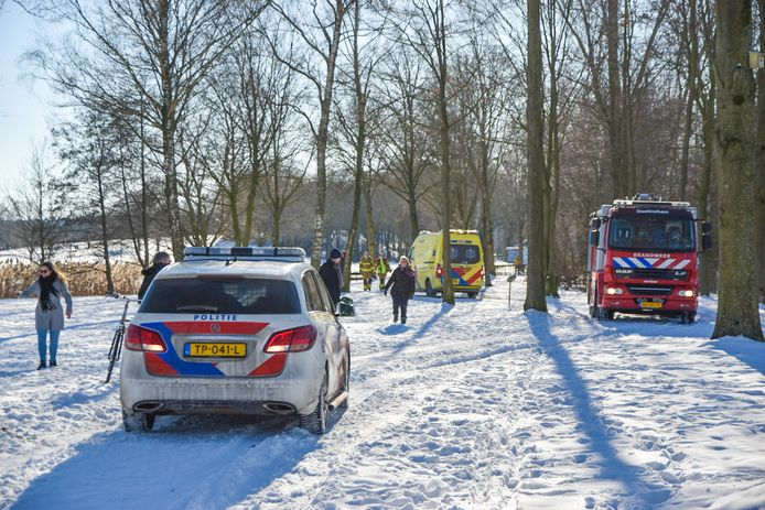 Een persoon is door het ijs gezakt bij recreatieplas Stroombroek in Braamt.