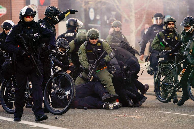Een tegenbetoger wordt gearresteerd. Beeld AFP