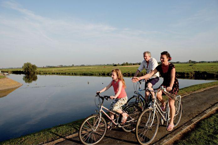 De gemeenten Vleteren, Lo-Reninge en Alveringem en het Regionaal Landschap Westhoek organiseren op 1 augustus 'Met grote goesting langs het water'. Bezoekers kunnen zich te voet, met de fiets, de huifkar of de fluisterboot verplaatsen tussen de drie locaties aan de Ijzer.