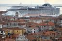Enorm cruiseschip komt aan in Venetië.