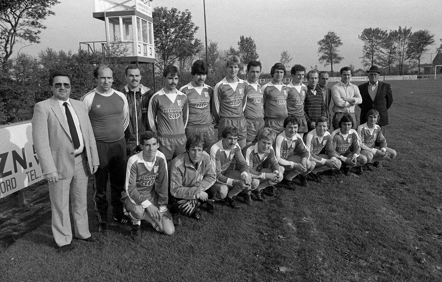Het elftal waarmee Rood Wit naar de hoofdklasse promoveerde. Knielend derde van links Ad Kas. Er staan maar twee niet-Willebrorders op de teamfoto; trainer Toine Mathijssen (tweede van links) en vleugelspits Cees Moerkens (vijfde van links).