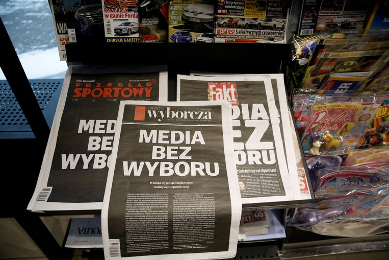 'Media zonder keuze' luidden de voorpagina's van de belangrijkste onafhankelijke Poolse kranten op 10 februari. De actie was een protest tegen een nieuw wetsvoorstel van regeringspartij PiS, die de vrijheid van de media volgens critici in gevaar brengt. Beeld REUTERS