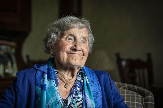 Marie Pross-Nijkamp is 100, maar nog altijd helder van geest. Vraag haar iets en je krijgt een gevat antwoord, aldus haar dochters.