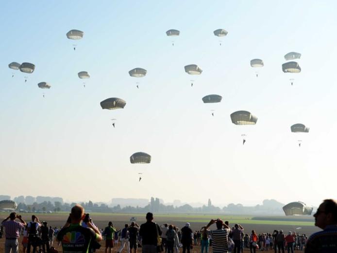 Parachutisten landen in Groesbeek tijdens de herdenking van Market Garden in 2014.