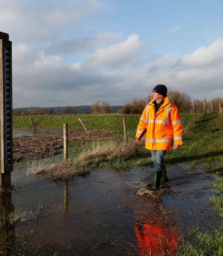 Dreiging hoogwater: dagelijkse dijkcontrole in de Liemers en coupure kade Tolkamer dicht