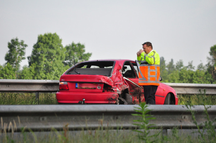 Aan de achterkant van de personenauto is veel schade te zien.