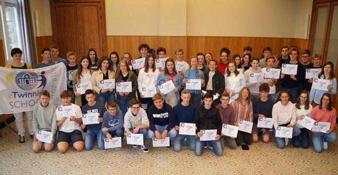 6WEW6b, 6WEW8, 6WEW6a, 3WET en 2MOD van De Bron werken samen met leeftijdsgenoten uit verschillende Europese scholen.
