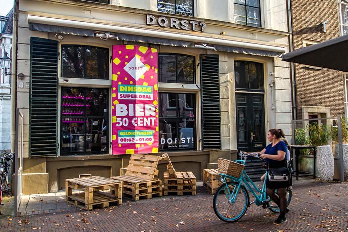 Met een grote banner communiceert Dorst! de stuntprijzen.
