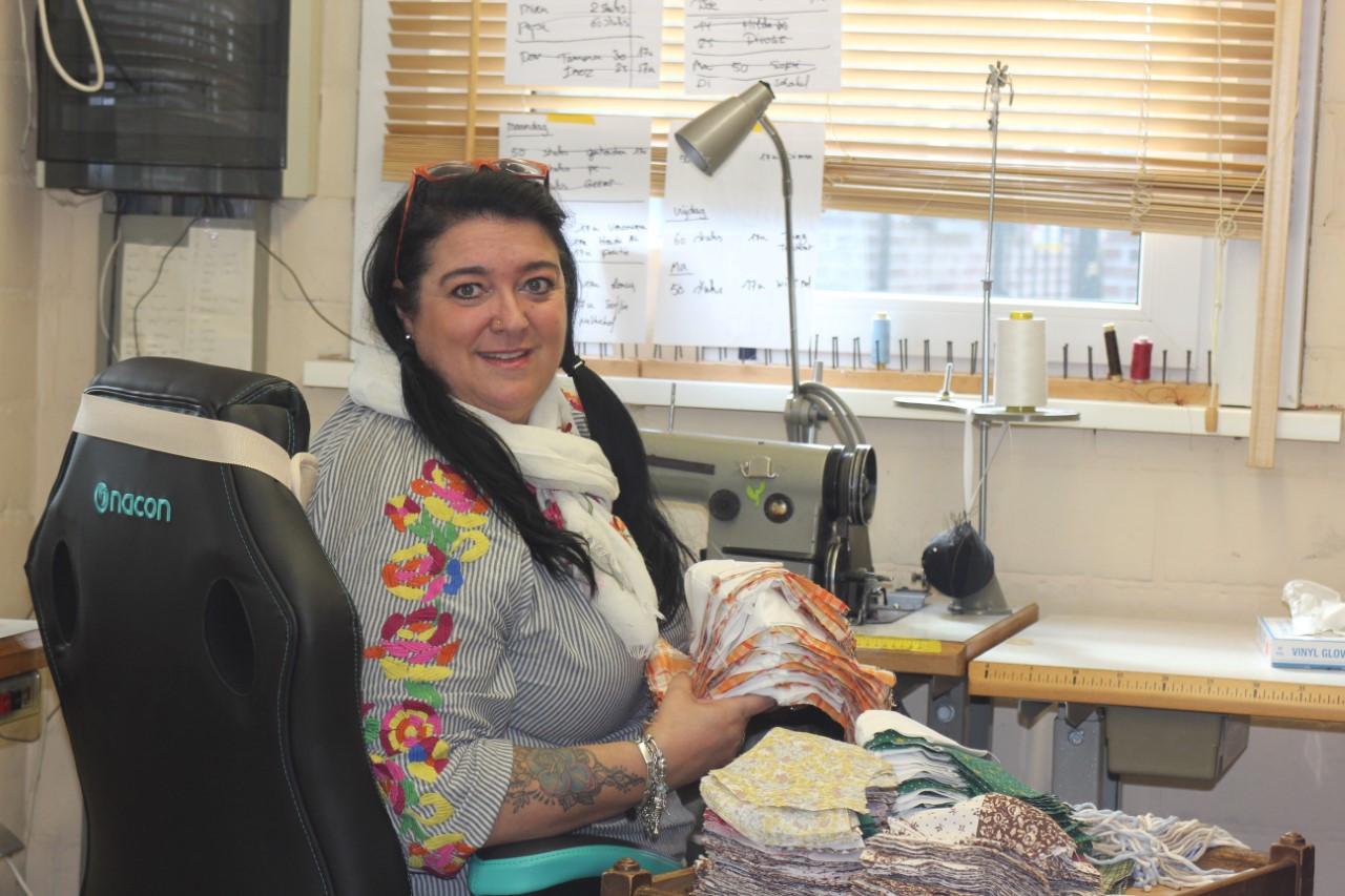 Sandra Hesbeens aan haar naaimachine.