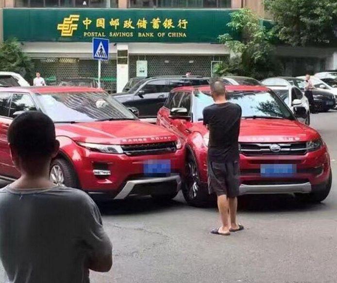 De botsing van het jaar: een Landwind (rechts) ramt een Range Rover Evoque (links) in China